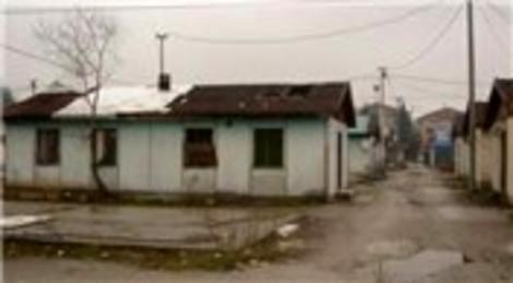 Sakarya'da depremden sonra yaptırılan prefabrikler davul zurna eşliğinde yıkıldı!