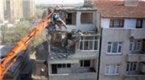 Esenler'de 5 katlı riskli yapı boşaltılarak yıkıldı