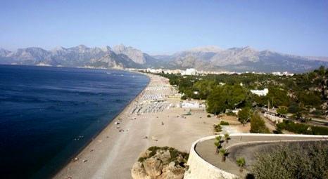 Antalya'da yerli ve yabancı turistler Konyaaltı Plajı'na akın etti