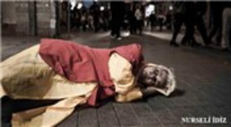 Ünlüleri evsiz bırakan 'Affedilmeyenler' fotoğraf sergisi Beyoğlu Sanat Galerisi'nde