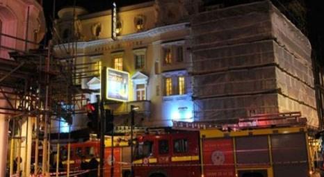 Londra Apollo Tiyatrosu'nun tavanı çöktü