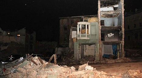 Fatih'te 3 katlı eski bir bina çöktü