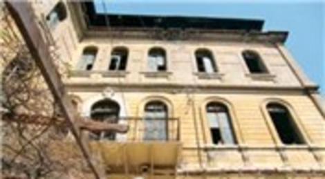 İzmir Basmane'deki eski Cihan Palas Oteli ilgi bekliyor