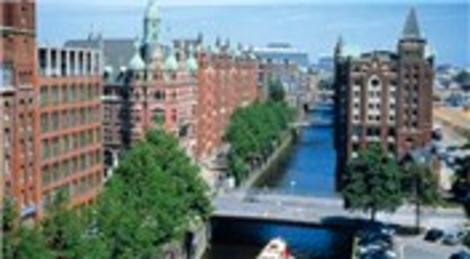 Almanya'nın Hamburg kentinde 4 katlı binada yangın çıktı