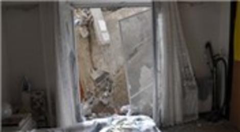 Kağıthane'de yıkılan binadan kopan molozlar yan binanın üzerine düştü