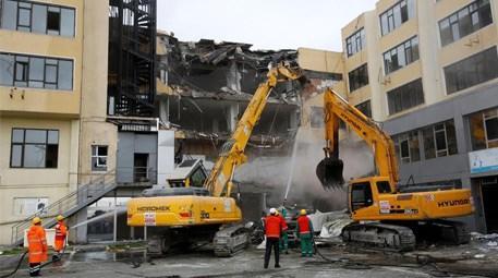 Küçükçekmece Belediyesi'nin eski hizmet binası yıkıldı