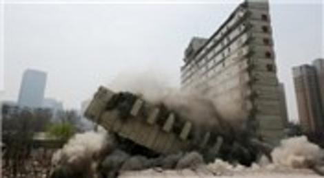 Çin'in Shenyang şehrinde yıkılan bina ortadan ikiye ayrıldı