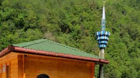 Rize, Çamlıhemşin'de elektrik direğinden minare yapıldı