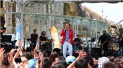 Mustafa Ceceli Vialand'de konser verdi