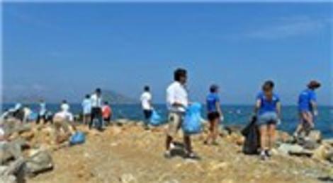 Gönüllüler Turgutreis'te plaj temizledi