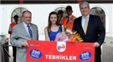 İzmir'de İZBAN, 200 milyonuncu yolcusunu çiçekle karşıladı