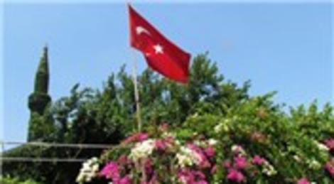 Köprüköy Camisi, botanik bahçesi görüntüsüyle dikkat çekiyor