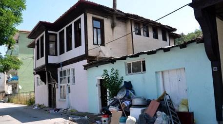 Kastamonu'da çöple dolu tarihi ev boşaltılıyor