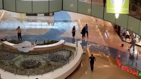 Şiddetli yağmur etkisini gösterdi, Beylikdüzü'nde AVM'yi su bastı