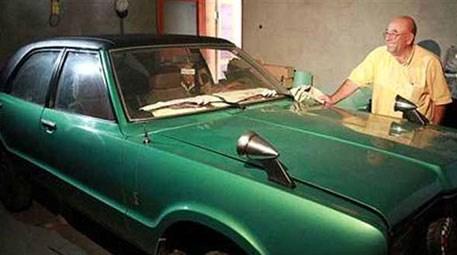 Otomobilini 35 yıldır oturma odasında saklıyor