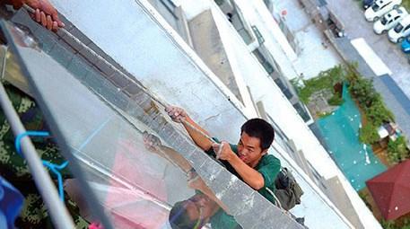 İnşaat işçisinin güvenlik halatını kesti