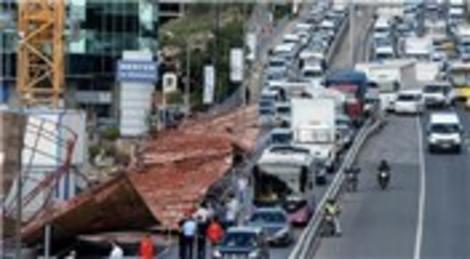 Merter'deki inşaatın panoları yola devrildi!