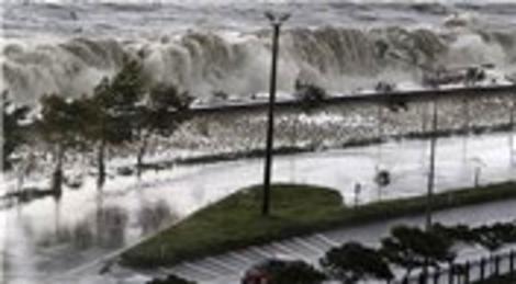 Giresun'da dalgalar Karadeniz Sahil Yolu'nu trafiğe kapattı!