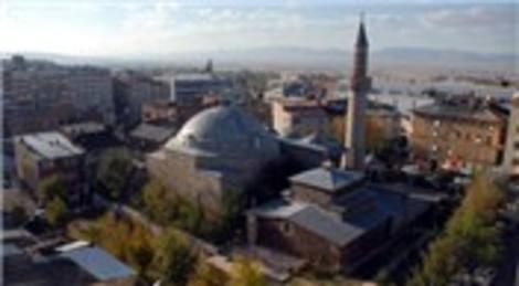 Kuyucu Murat Paşa Camisi her gün gül suyuyla yıkanıyor