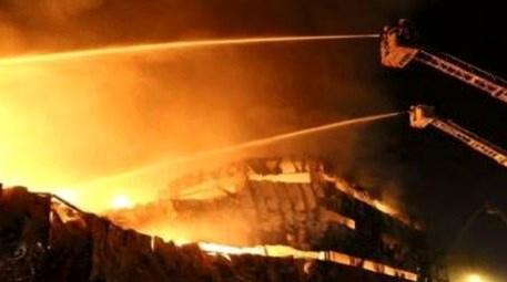 Fatih'te 5 katlı binada çıkan yangına müdahale edildi
