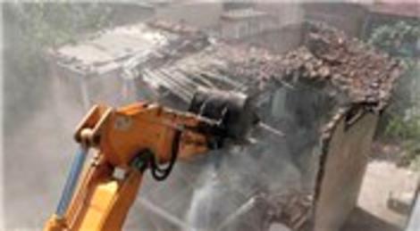 Uşak'ta tarihi bina çöktü