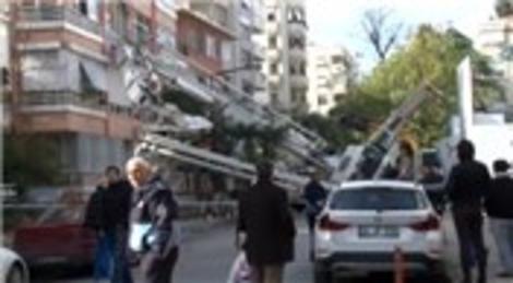 Kadıköy'de beton pompası apartmanın üzerine devrildi