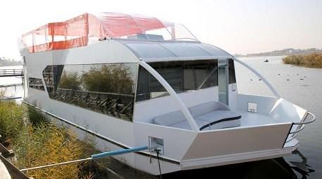 Yüzen ev yaptı, Mogan Gölü'ne indirdi!