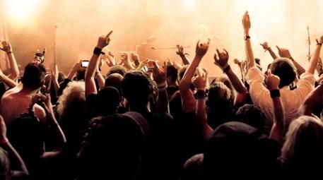Konserde eğlenen genç grup