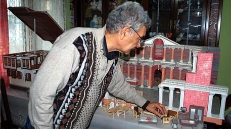 Tarihi eserlerin minyatür maketleriyle evini müzeye çevirdi