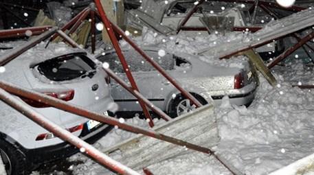 Kapalı pazar yeri kar birikintisinden çöktü!
