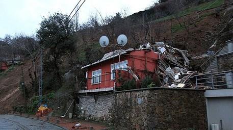 Toprak kayması sonucu çöken bina