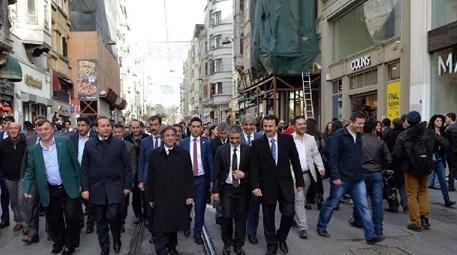 Ahmet Misbah Demircan İstiklal Caddesi'ni dolaşırken