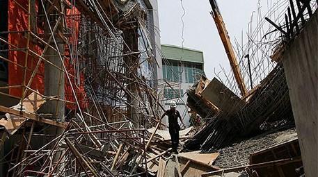 Hindistan'da çöken binanın enkazı