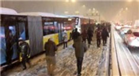 İstanbul'u kar vurdu, 841 trafik kazası oldu!