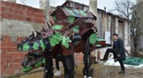 Teneke parçalarıyla dinozor görünümlü füzeatar yaptı