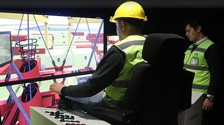 Operatörler dev vinçleri kullanmayı simülatörde öğreniyor