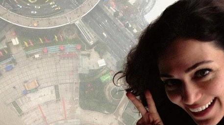 Özge Borak 260 metrelik gökdelenin tepesine çıktı!