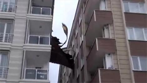 Esenyurt'ta şiddetli rüzgar çatı uçurdu!