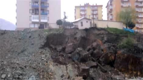 Heyelan tehlikesi binaları boşalttırdı