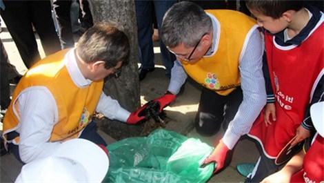 İdris Güllüce, çocuklarla birlikte çöp topladı!