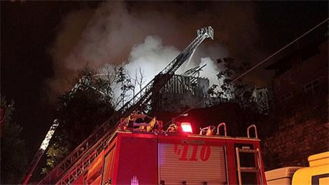 Fatih'te ahşap binada yangın çıktı!