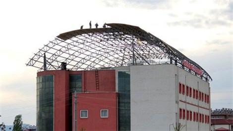 hastane çatısında çalışan işçiler
