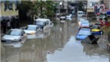 İzmir'de sel suları araçları böyle sürükledi!