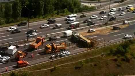 TEM Otoyolu'ndaki kaza trafiği kilitledi!