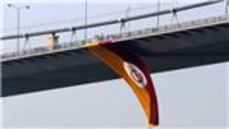 Boğaz Köprüsü'ndeki Galatasaray bayrağı denize atıldı!