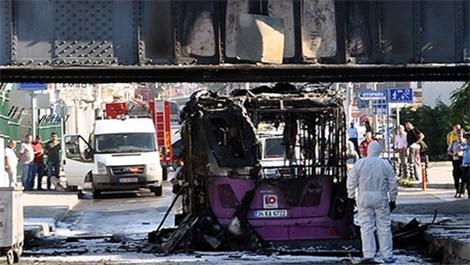 Fatih'te üst geçide çarpan otobüs
