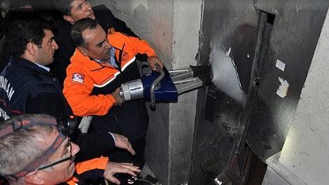 asansör çalışması yapan işçiler