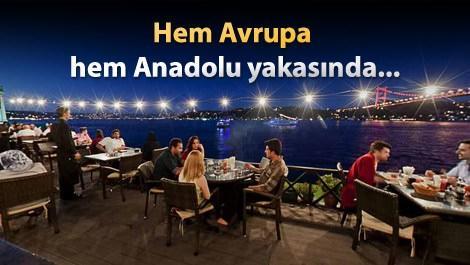 boğaz manzaralı restoranda yemek yiyen insanlar
