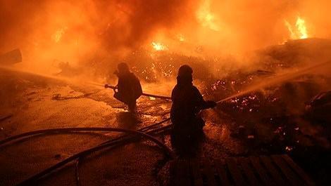 İstanbul hurda deposunda yangını söndüren itfaiye