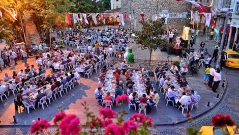 Galata Kulesi'nin dibinde iftar sofrası